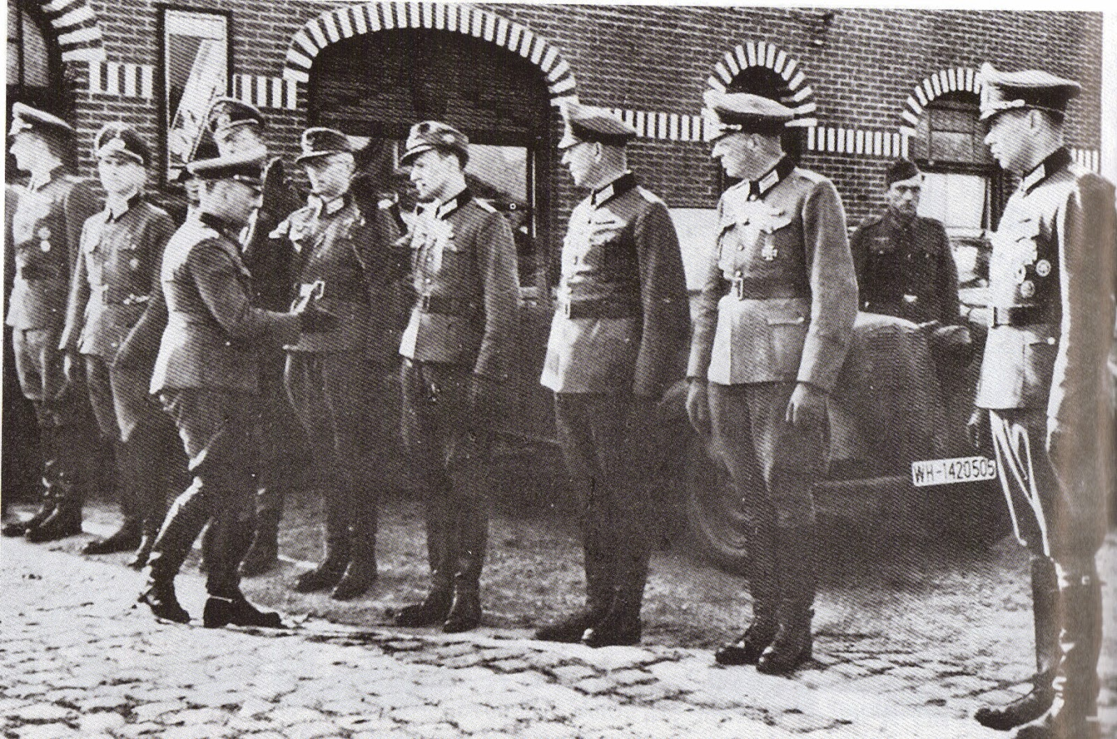 14-The divisional commander Lieutenant General Dr Franz Beyer thanks the Divisional Staff Officers for their work during the reorganization of the division.jpg