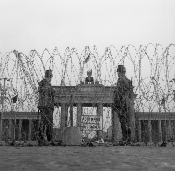 Berlin_1961août_Brandenburger_Tor_picture-alliance_1.jpg