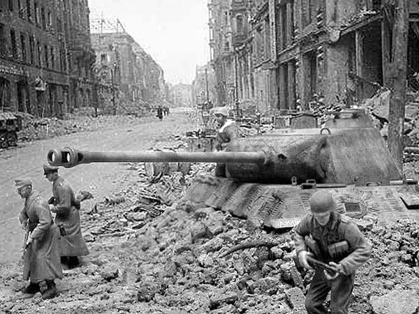 Berlin_avril45_warhistoryonline.jpg