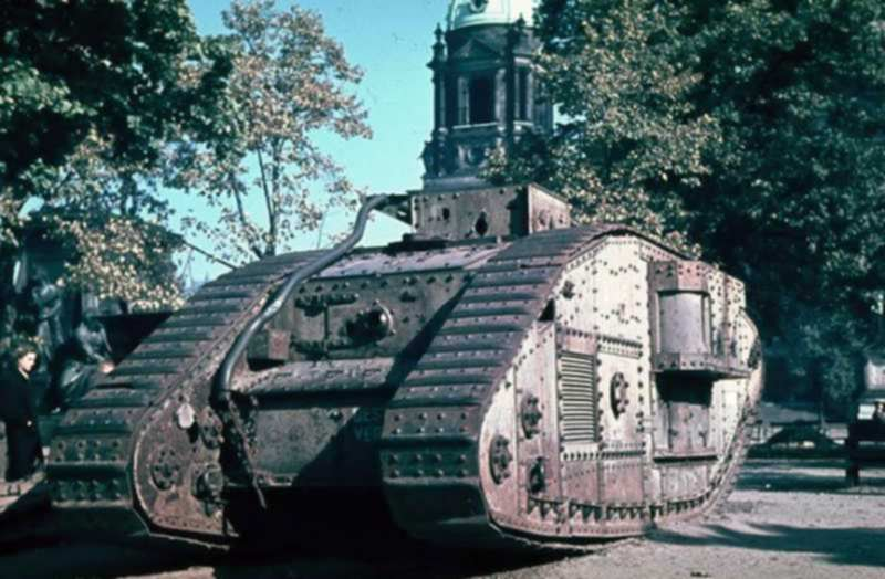 Berlin_1945_char Mark V_cathédrale_.jpg