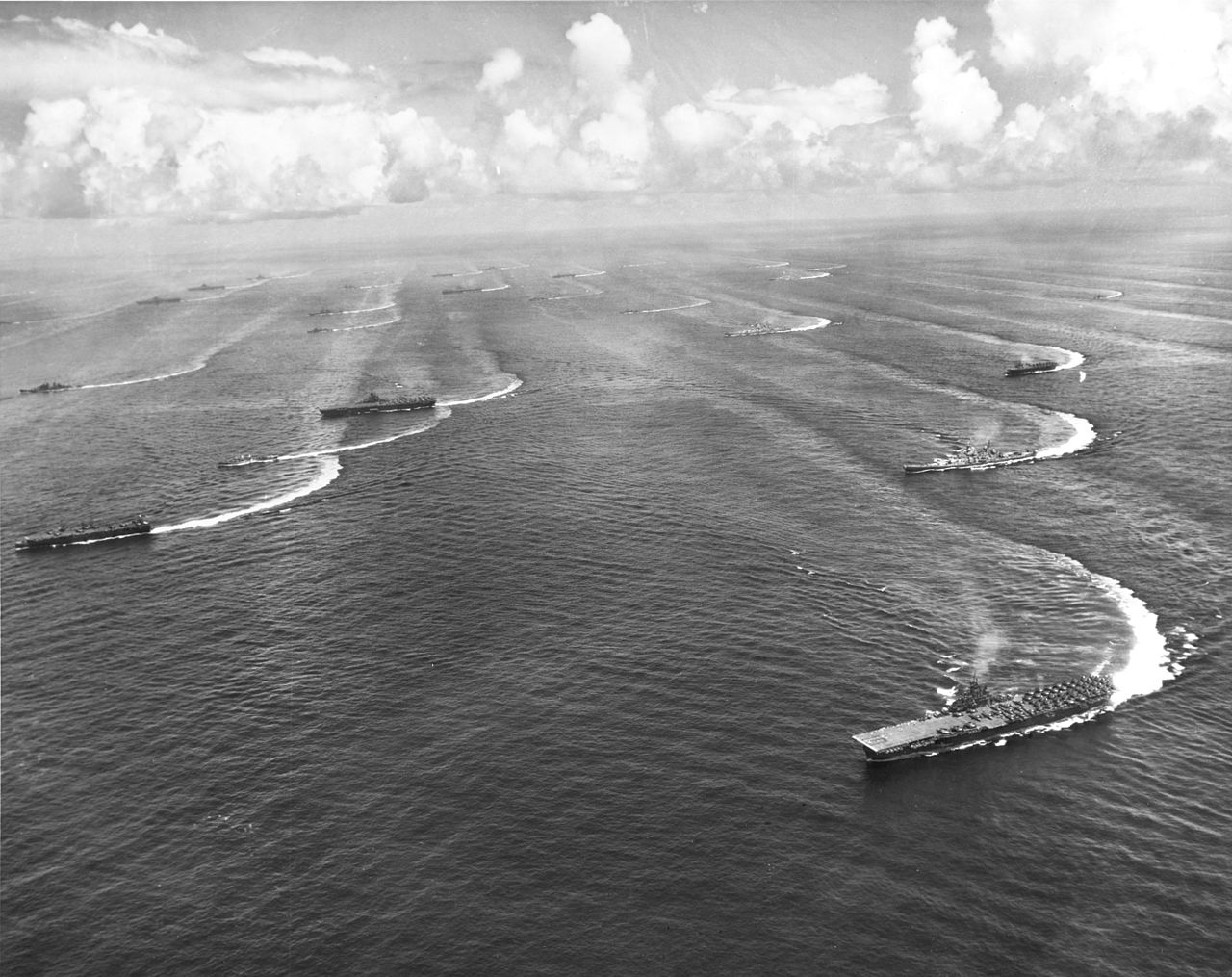 Task_Force_38_off_the_coast_of_Japan_1945 4 essex class, 4 indenpendance class.jpg