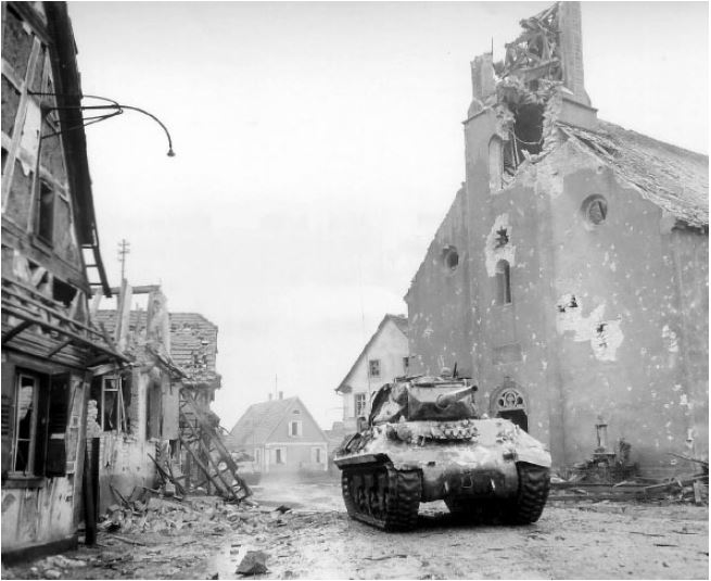 636th Tank Destroyer Bat. & 36th Texas Div. libère Rothwiller en ruine..JPG