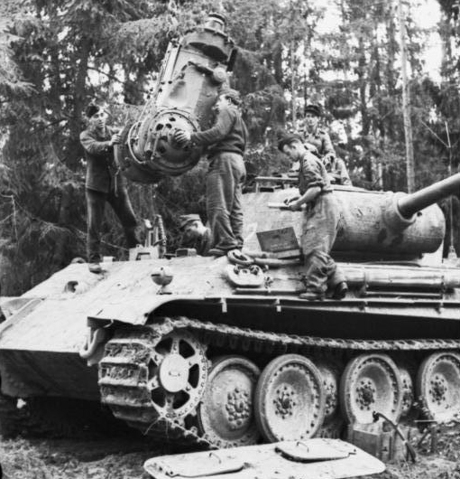Panther_repair_engine_inthefield.jpg