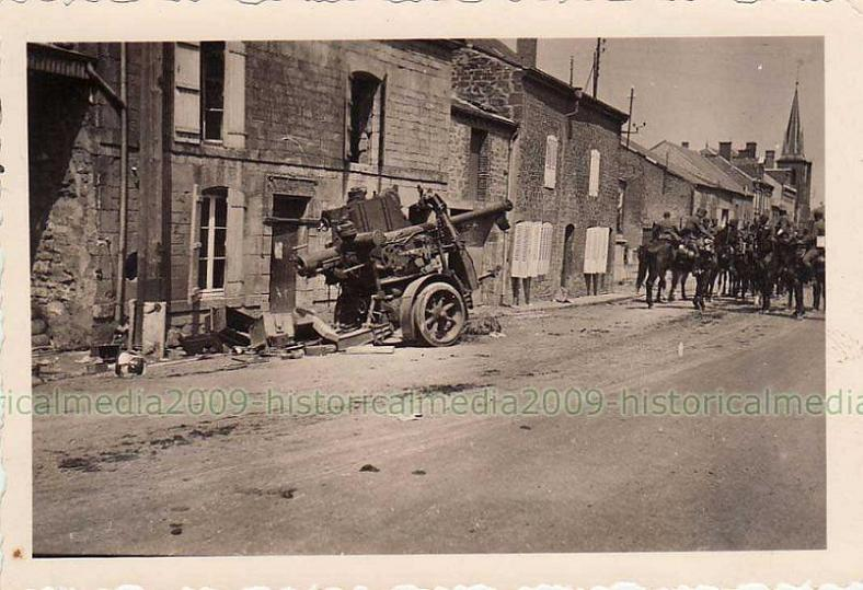 75mm french AA gun abandoned in a street   Cannon de 75 mm Mle 17-34.JPG