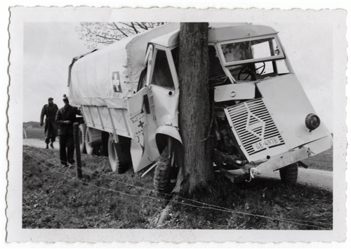 Camion Croix-Rouge accidenté. 1945.jpg