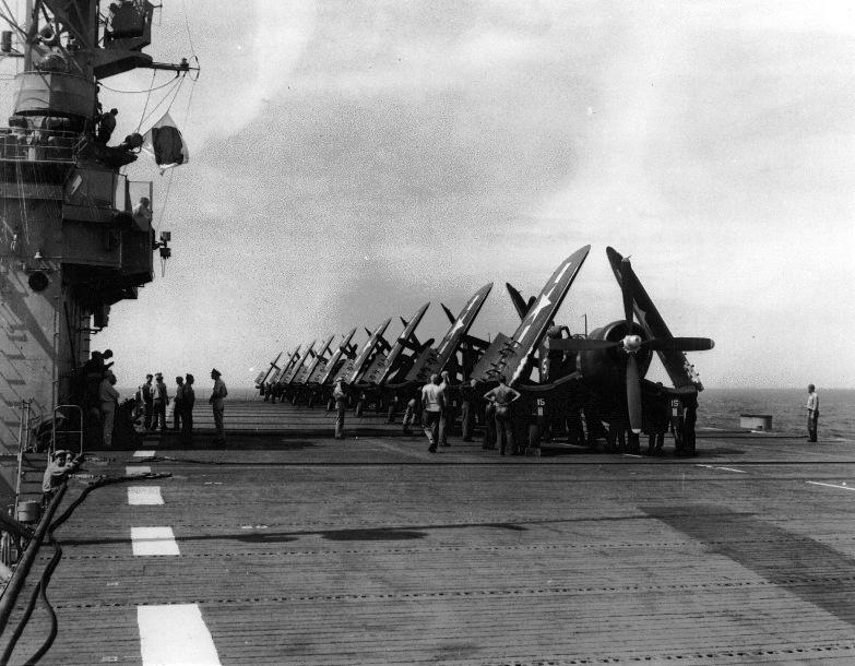 FOTOGRAFÍAS Y FICHAS QUE INTEGRAN LA HISTORIA. - Página 4 8833_USS_Solomons_CVE67_dos